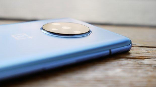 Die Kamera des Oneplus 7T lugt ein Stück weit aus dem Gehäuse. (Foto: t3n)