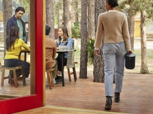 Sonos Move ist aufgrund seines Gewichts eher etwas für den Garten oder die Veranda. (Foto: Sonos)