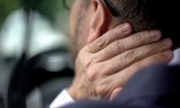 Smartphone hoch statt Kopf runter: Tipps gegen den Handy-Nacken