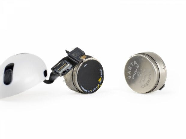 iFixit beweist: Vartas Coinpower-Miniakkus stecken in Apple Airpods. (Foto: iFixit)