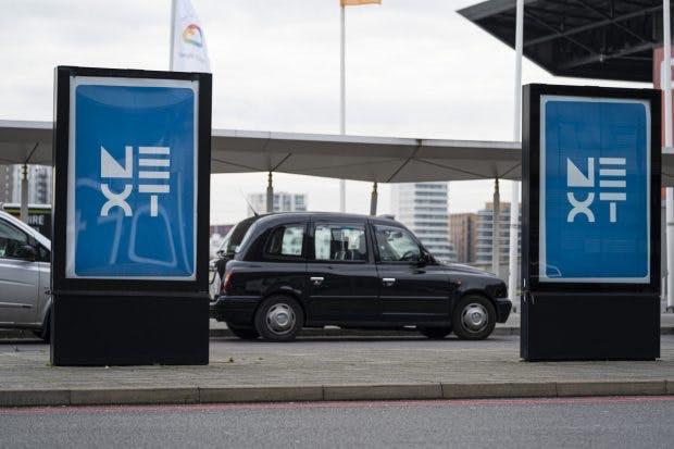 Ein typisches Londoner Taxi zwischen Plakaten für die Google Cloud Next