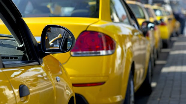 E-Taxis kabellos laden: Pilotprojekt in NRW gestartet
