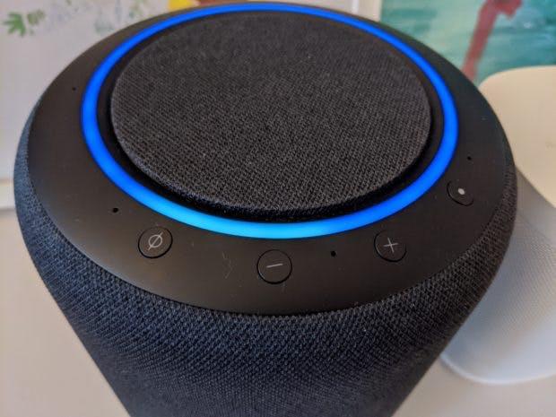 Leuchtet der Ring blau, wartet Alexa auf euren Sprachbefehl. (Foto: t3n)