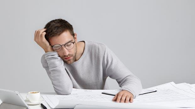 Ständig müde im Büro? So rettest du dich über den Arbeitstag