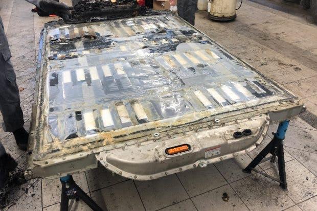 Die ausgebaute Batterie des verunfallten Tesla hat nicht gebrannt. (Quelle: Auto & Wirtschaft / Foto: Georg Greiderer)