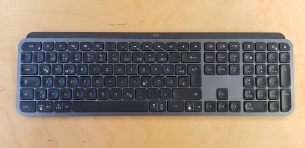 Logitech MX Keys auf Schreibtisch.