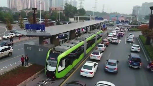 Diese Straßenbahn braucht weder Fahrer noch Schienen