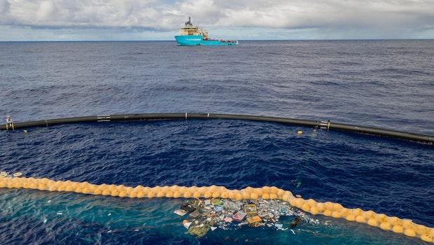 System 001/B sammelt Müll ein. (Foto: The Ocean Cleanup)