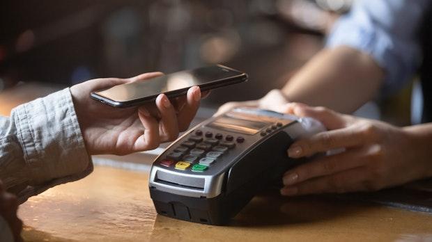 Bargeld oder bargeldlos: Was geht schneller, was ist günstiger?