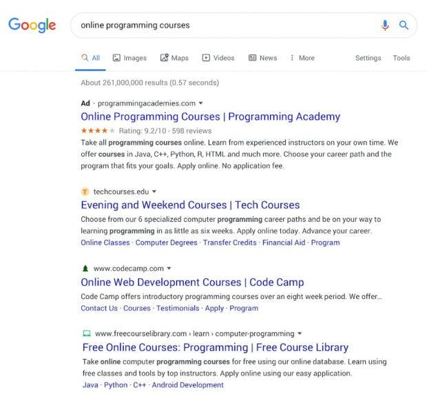 Diese Darstellung unterscheidet kaum noch zwischen Werbung und organischen Einträgen. Die Favicons tragen zur weiteren Verschleierung bei. (Screenshot: Google)