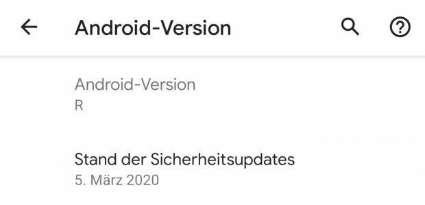 """Android 11: Ganz gestrichen ist der Buchstabe im System doch nicht: das """"R"""" ist noch in der Telefon-Info zu finden. Der Sicherheitspatch ist schon auf März datiert. (Screenshot: t3n)"""