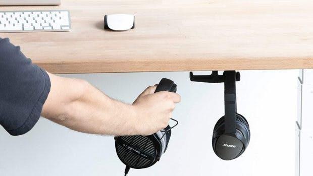 Solche Kopfhörer-Haken können eine Prise mehr Ordnung auf den Schreibtisch bringen . (Bild: Elevation Labs)