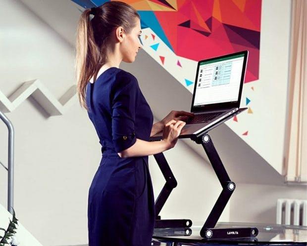 Der Notebook-Ständer von Lavolta kann als Schreibtischerhöhung verwendet werden. (Foto: Lavolta)