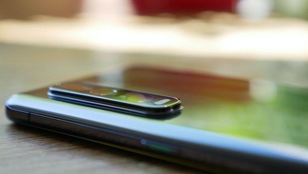 Durch die weit herausstehende Kamera des Oppo Find X2 Pro wackelt das Gerät auf ebener Fläche merklich – durch ein Case wird das Problem gemindert. (Foto: t3n)