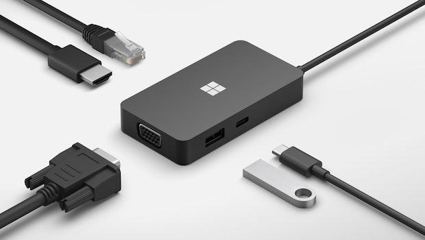 Das USB-C Travel Hub ist ein schlankes Addon, das eure Mobilgeräte mit USB-A, Ethernet, VGA, HDMI und einem weiteren USB-C-Slot ausstattet. (Bild: Microsoft)