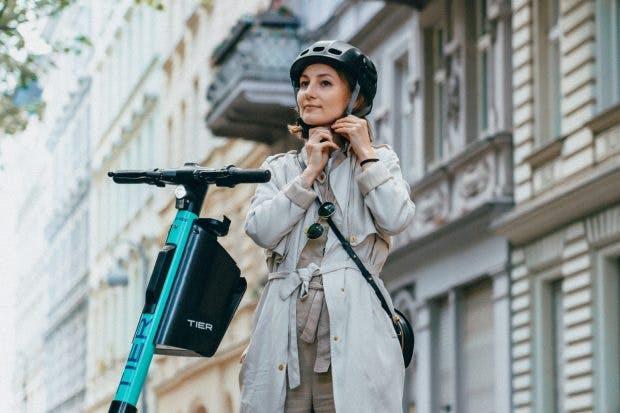 Tier E-Scooter mit integriertem Klapphelm