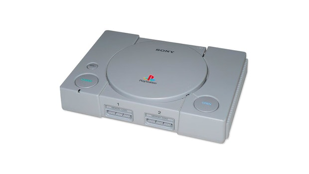 Die Playstation 1 (PS one) wurde 1995 auf den Markt gebracht und ist die erste Spielekonsole, von der mehr als 100 Millionen Einheiten weltweit verkauft wurden. Ihr Design ist klar auf das Kinderzimmer orientiert. Große runde Knöpfe zeugen von einer jungen Zielgruppe. (Bild: Sony)