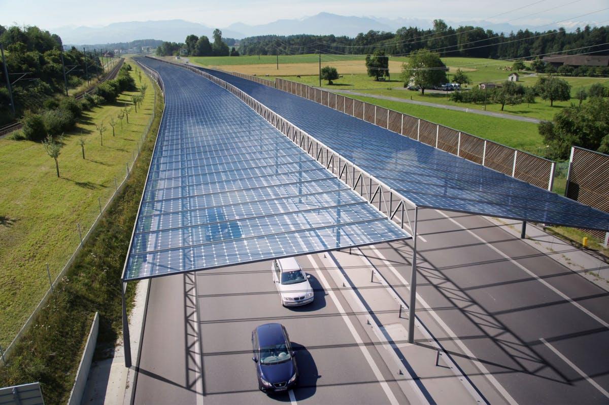 Elektromobilität: Solardächer auf Autobahnen könnten Strom für E-Autos liefern
