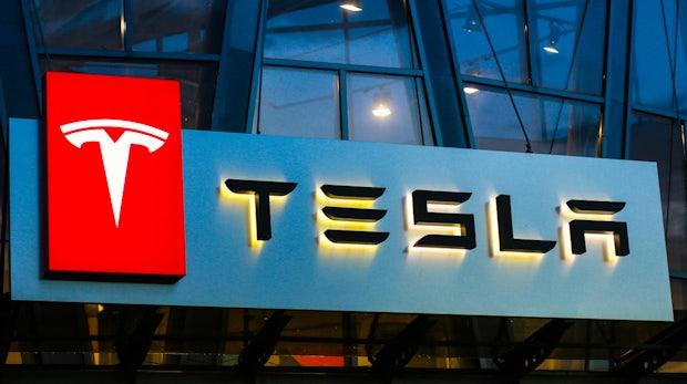 """""""Ganz schlechter Stil"""": Bewerber berichten von Chaos und Arroganz bei Tesla in Deutschland"""
