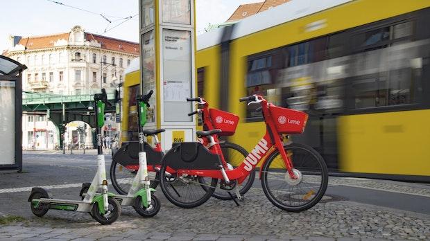 Knallrot und schnell: Lime bringt Jump-Pedelecs zurück auf Berlins Straßen