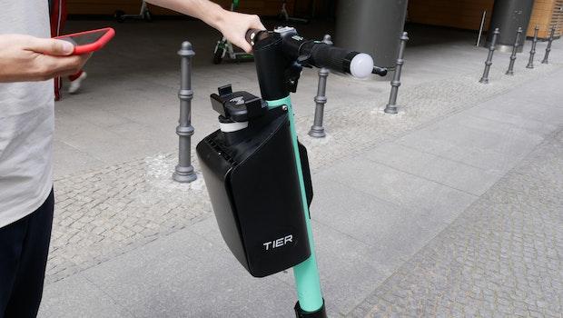 """Tier Mobility E-Scooter mit """"Smartbox"""" für den Helm. (Foto: t3n)"""