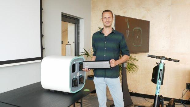 Tier-Mobility-Chef Lawrence Leuscher mit der Wechselakku-Ladestation