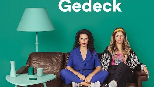 """Im Podcast """"Herrengedeck"""" halten Ariana Baborie und Laura Larsson bei Bier und Korn Realtalk und sprechen über alles – nur nicht über Einhörner und Glitzer. (Bild: Spotify)"""