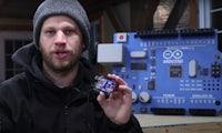 Bastler baut riesigen Arduino – und der funktioniert sogar