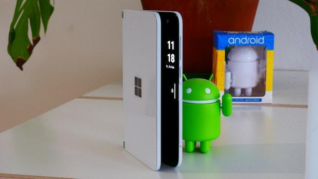 Peek: Beim leichten Aufklappen zeigt das Microsoft Surface Duo die Uhrzeit an. (Foto: t3n)
