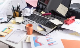Unordnung ade: 4 Tipps, die das Chaos auf deinem Schreibtisch beseitigen