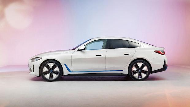 Im Bild steht der i4 M150 auf den großen Rädern. (Foto: BMW Group)