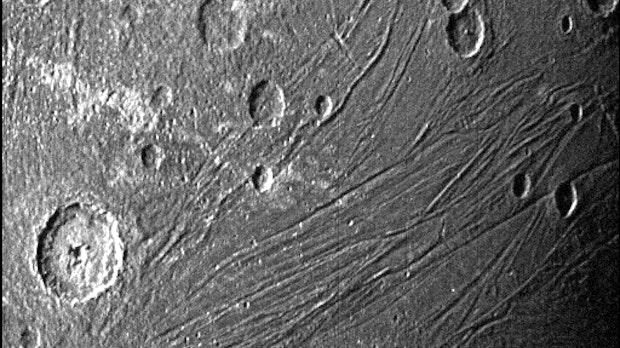 """Nasa-Sonde Juno knipst Ganymed """"von ganz nah"""""""
